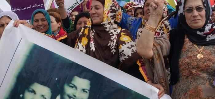 La popolazione di Afrin manifesta contro la violenza sulle donne